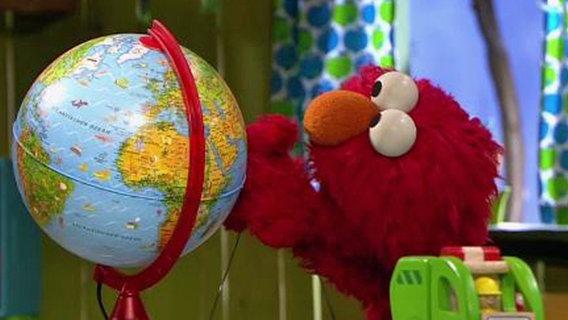 Elmo mit einem Globus. © NDR Foto: screenshot