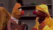 Bert und Ernie, der sich Regenkleidung angezogen © NDR/ sesame workshop Foto: screenshot