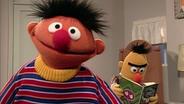 Bert schaut auf Ernie © NDR/ sesame workshop Foto: screenshot