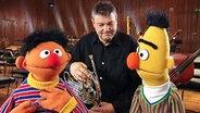 Ernie und Bert zu Gast bei Theo von der NDR Radiophilharmonie © NDR