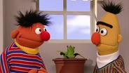 Ernie und Bert neben einer Pflanze © NDR/ sesame workshop Foto: screenshot