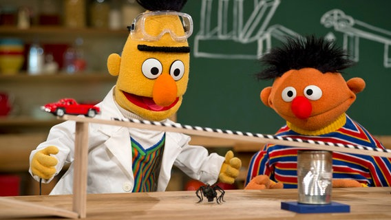 Ernie und Bert experimentieren. © NDR Foto: Thorsten Jander