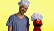 Fahri Yardim und Elmo mit Kochmützen © NDR
