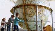 Kinder betrachten den Gottorfer Globus © NDR/screenshot