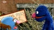 Der Blaue und Grobi am Weihnachtbaum-Verkaufsstand. © NDR Foto: Screenshot
