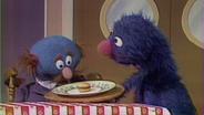 Der Blaue und Grobi als Kellner © NDR Sesame Workshop Foto: screenshot