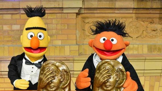 Im Smoking: Bert und Ernie bei der Preisverleihung für den Deutschen Hörfilmpreis 2019. © Oliver Ziebe Foto: Oliver Ziebe