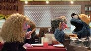 Sally und Krümelmonster. © NDR/sesame workshop
