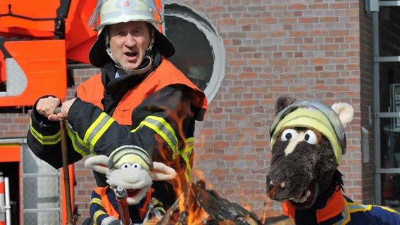 Peter Lohmeyer als Feuerwehrmann mit Pferd und Wolle