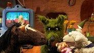 Pferd, Wolf und Wolle schauen auf eine Puppe © NDR / Uwe Ernst