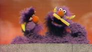 Das zweiköpfige Monster putzt sich die Zähne © NDR Sesame Workshop Foto: screenshot