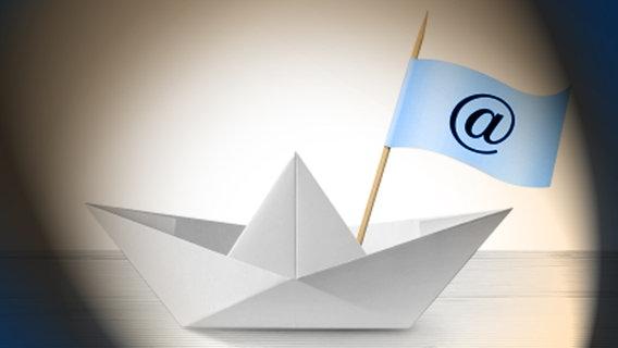 Ein Papierschiffchen mit einer Fahne, auf der ein e-mail Symbol zu sehen ist. © iStock Foto: malerapaso