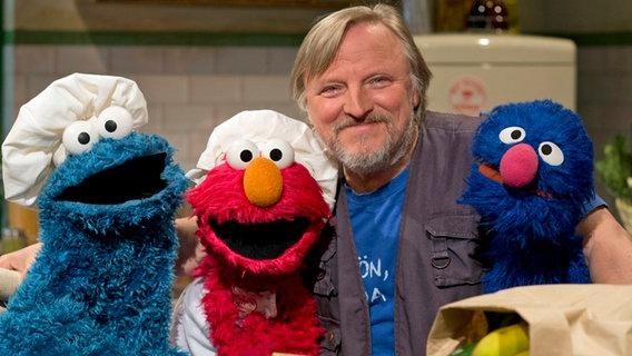 Axel Prahl mit Krümel, Elmo und Grobi.