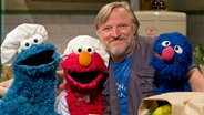 Axel Prahl mit Krümel, Elmo und Grobi. © NDR Thorsten Jander Foto: Thorsten Jander