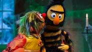 Ernie als die Schöne küsst das Biest, Bert. © NDR Sesameworkshop Fotograf: Thorsten Jander