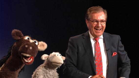 Jan Hofer mit Wolle und Pferd © NDR