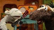 Wolle mit seinem Banjo redet mit Pferd © NDR Foto: Uwe Ernst