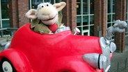 Reporter Wolle sitzt in seinem roten Auto © NDR/Studio Hamburg