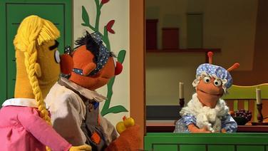 Ernie als Pechmarie und Bert als schöne Goldmarie bei Frau Holle © NDR Fotograf: Thorsten Jander
