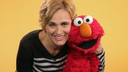 Caren Miosga umarmt Elmo. © NDR Fotograf: Alexandra Storfner