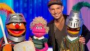 Roger Cicero mit Ernie, Bert und einer Monster-Mutter im Sesamstraßen Studio © NDR Fotograf: Thorsten Jander