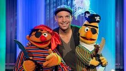Roger Cicero mit Ernie und Bert im Sesamstraßen Studio © NDR Foto: Thorsten Jander