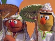 Ernie und Bert als Scheich verkleidet