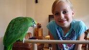 Eva mit ihrem Papagei © NDR Fotograf: Melanie Kuss