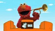 Elmo spielt im neuen Vorspann der Sesamstraße Trompete und das DGS Logo. © NDR/Sesame Workshop