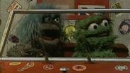 Prunella und Oscar sitzen auf einem Truck. © NDR/ Sesame Workshop Foto: screenshot