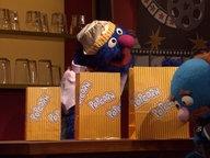 Grobi und der Blaue an der Kinokasse mit Popcorntüten © NDR Foto: NDR