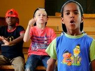Kim und seine Freunde können Rappen. © NDR Fotograf: Melanie Kuss