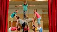 Finja und die anderen Kinder machen eine Pyramide. © NDR/Melanie Kuss Fotograf: Melanie Kuss