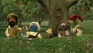 Fünf Leute und ein Hund unter einem Apfelbaum © NDR Foto: screenshot