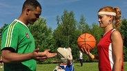 Wolle beim Fußball spielen © NDR / Uwe Ernst